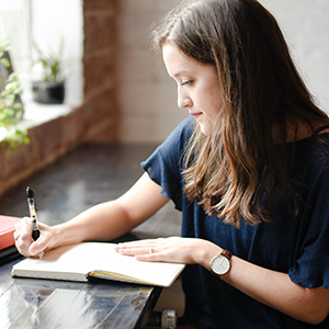 物書きをする女性